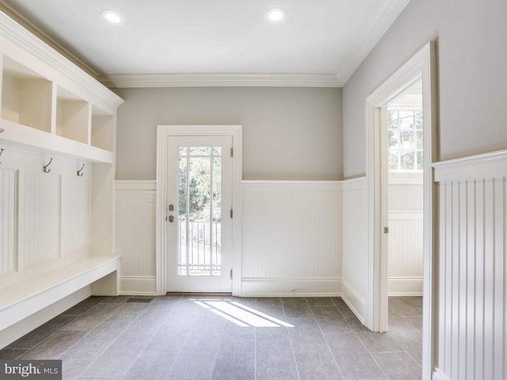 Mud Room - 3200 ABINGDON ST, ARLINGTON