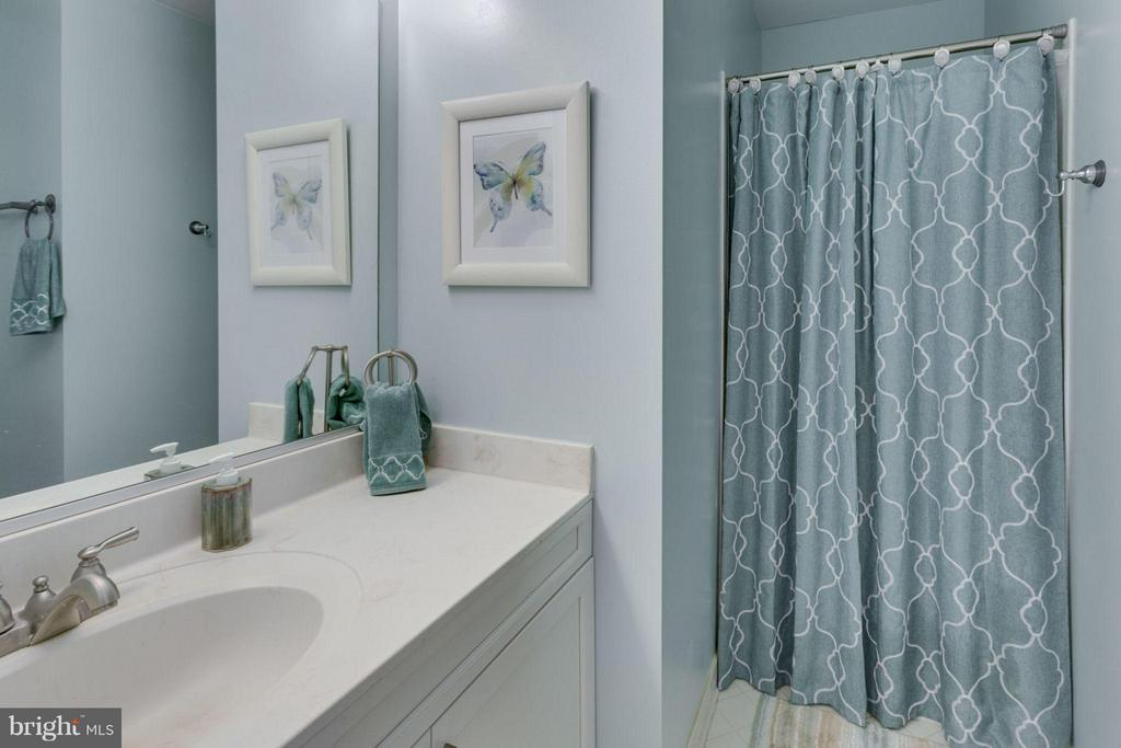 Hallway bath - 5401 HARROW CT, FAIRFAX