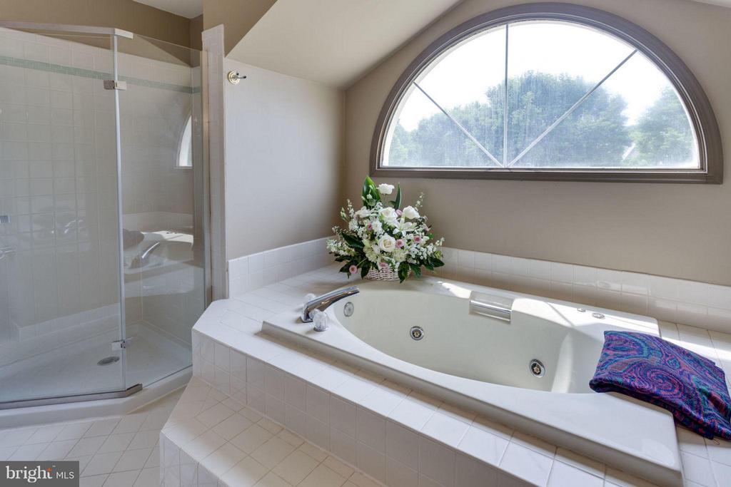 Lovely jetted tub - 5401 HARROW CT, FAIRFAX
