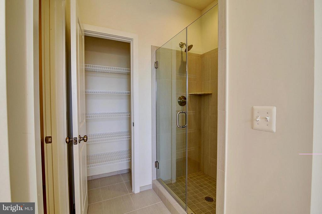 Master Shower and Linen Closet - 23092 SULLIVANS COVE SQ, ASHBURN
