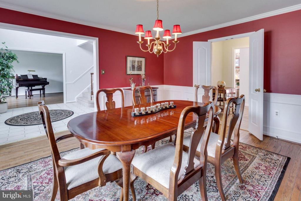 Great accents of wainscoting and crown molding. - 5401 HARROW CT, FAIRFAX