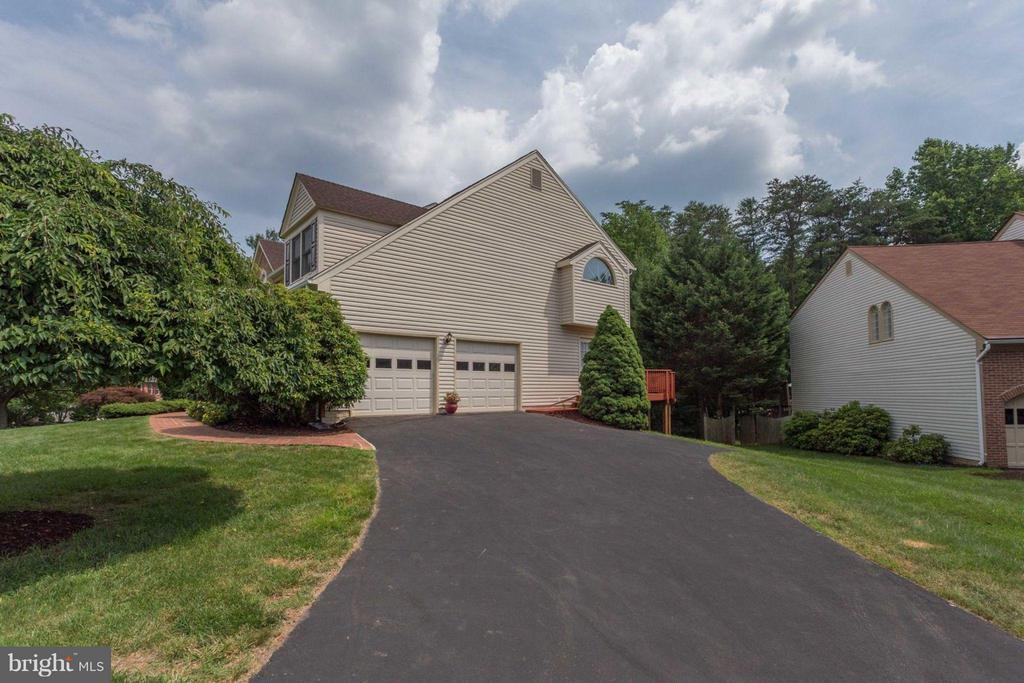 Side-entry garage with long driveway - 5401 HARROW CT, FAIRFAX