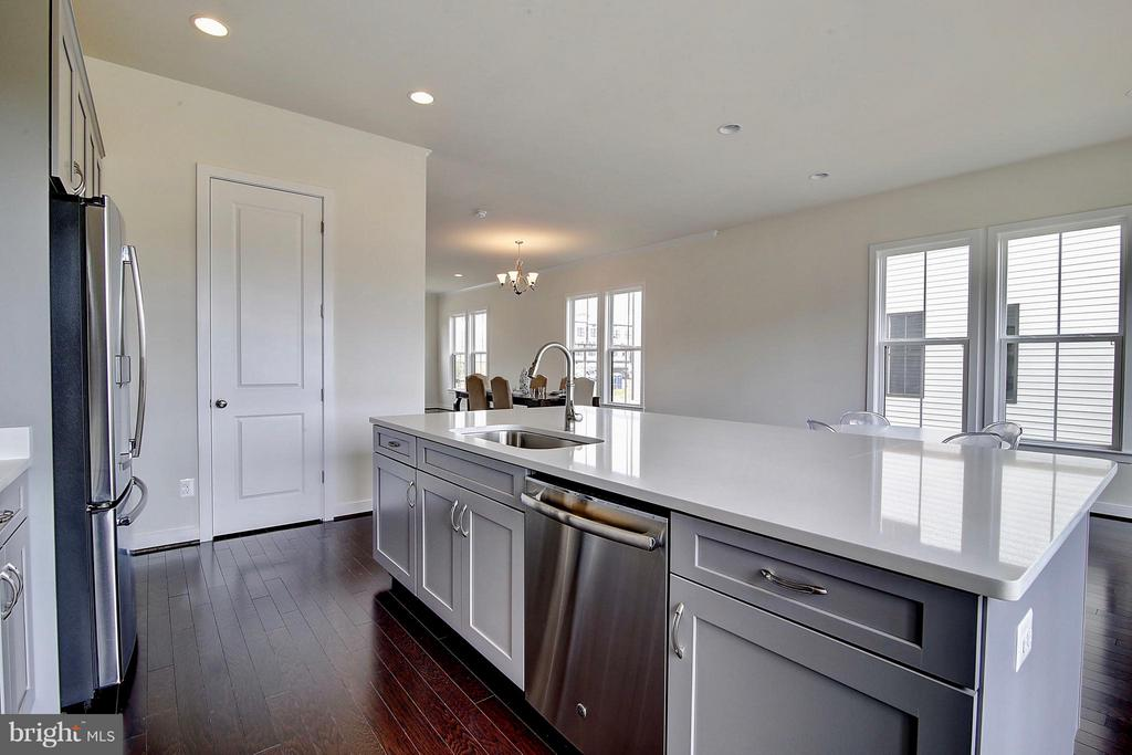 Stunning Cabinetry with Upgraded Hardware - 23092 SULLIVANS COVE SQ, ASHBURN