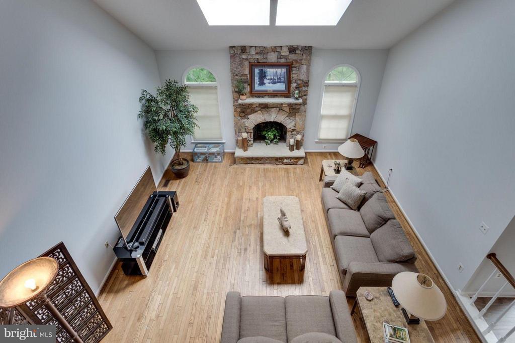 Upper level landing is open to living room - 5401 HARROW CT, FAIRFAX