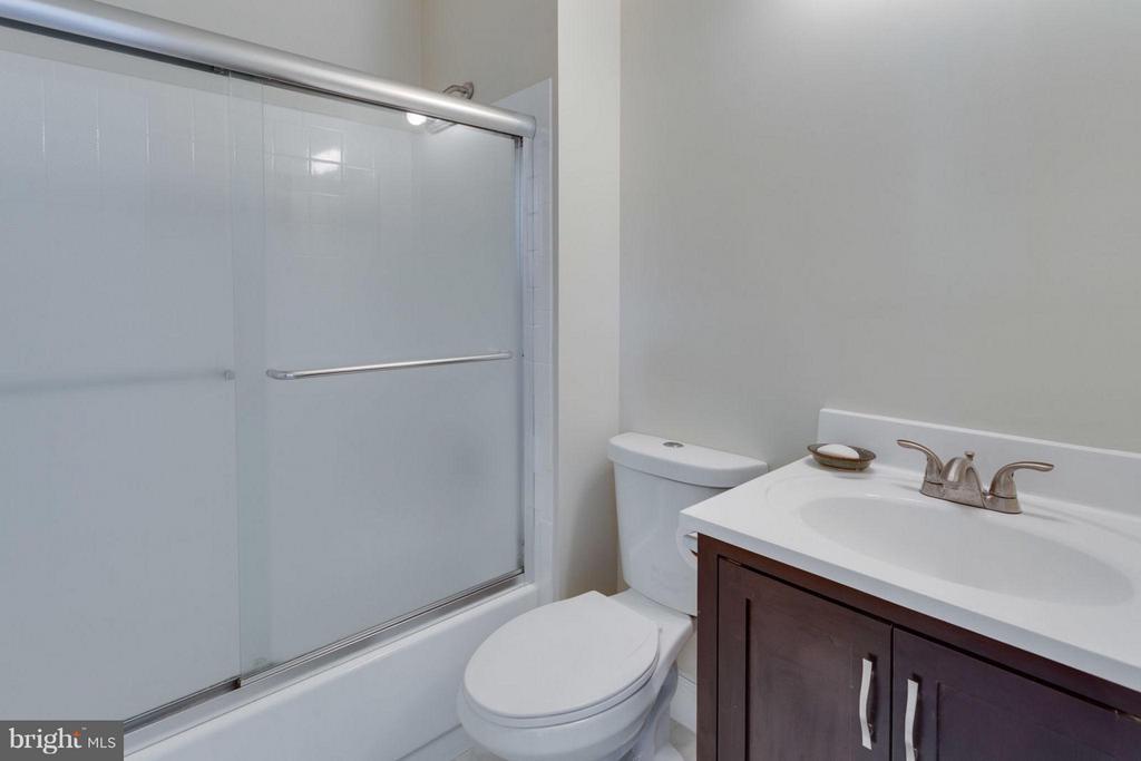 Upgraded en suite bathroom for bedroom #2 - 5401 HARROW CT, FAIRFAX