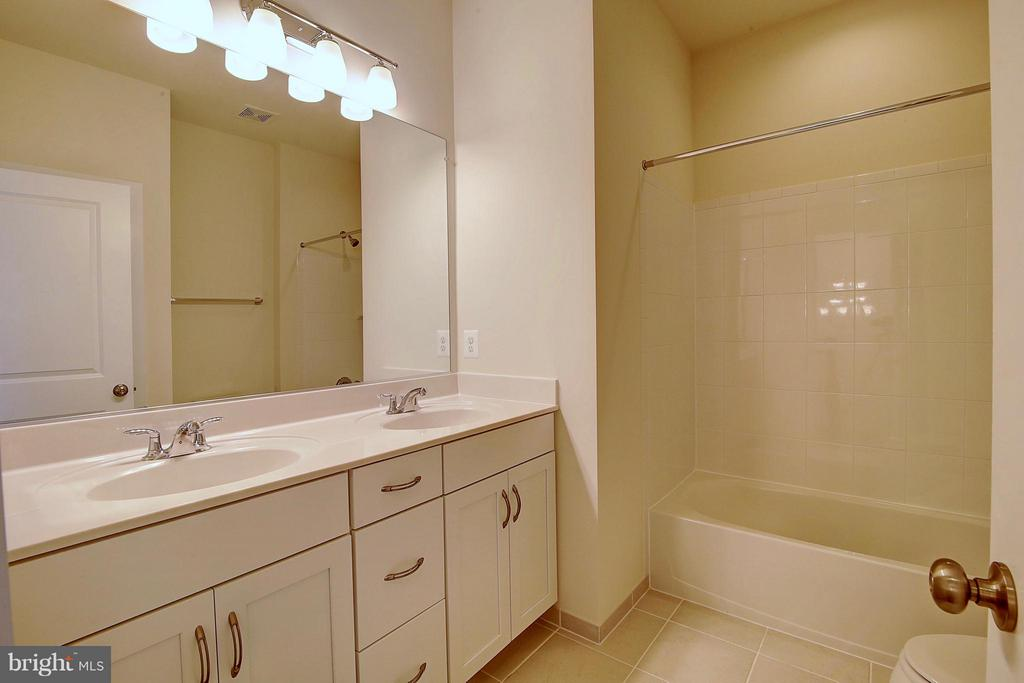 Upper Level Hall Bath - 23092 SULLIVANS COVE SQ, ASHBURN