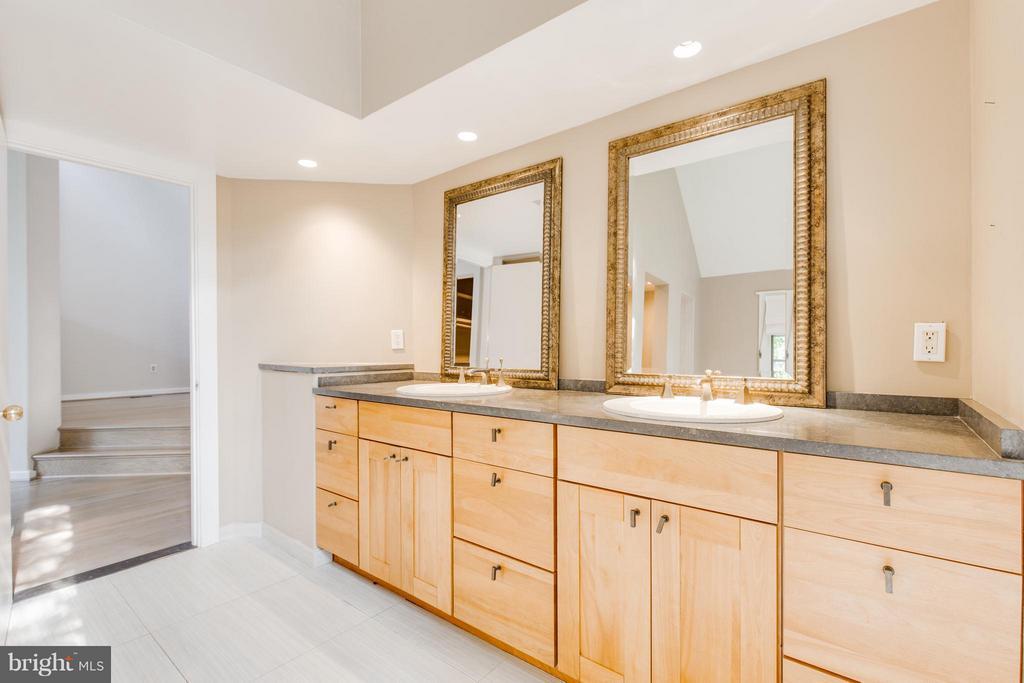 Double vanities - 3131 MONROE ST, ARLINGTON