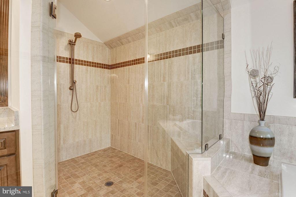 Bath (Master) - 603 NIBLICK DR SE, VIENNA