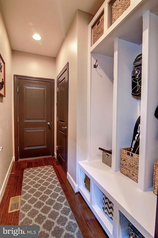 Mud room with built-ins to stay organized - 20385 SAVIN HILL DR, ASHBURN