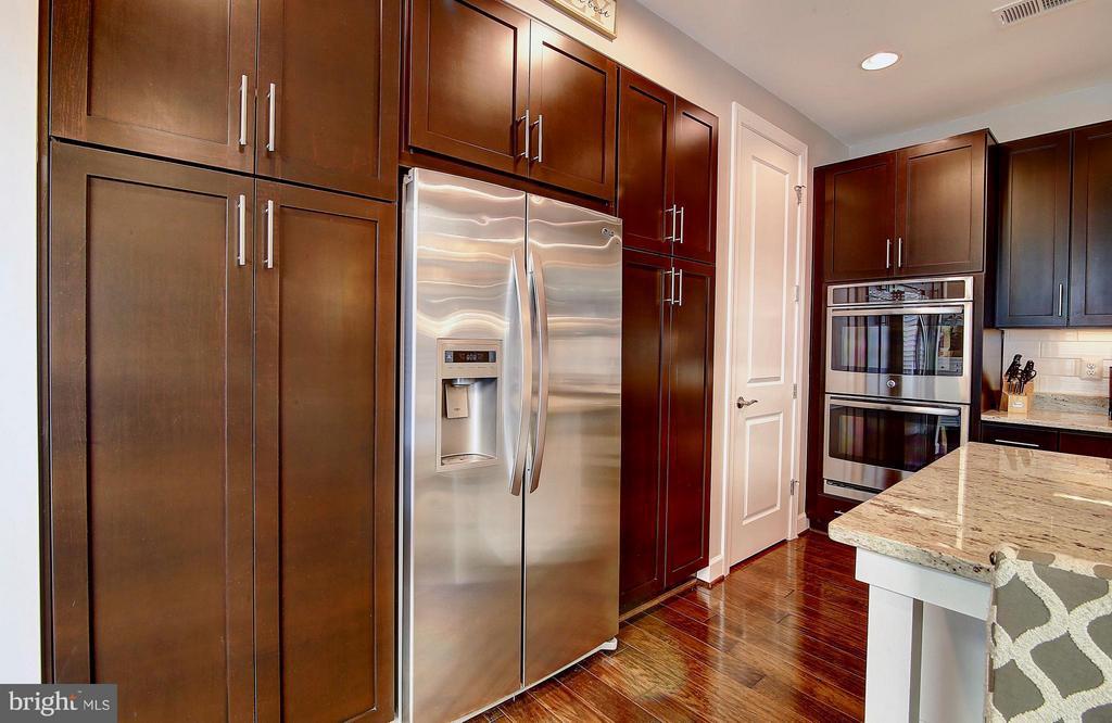 Loads of cabinets - 20385 SAVIN HILL DR, ASHBURN