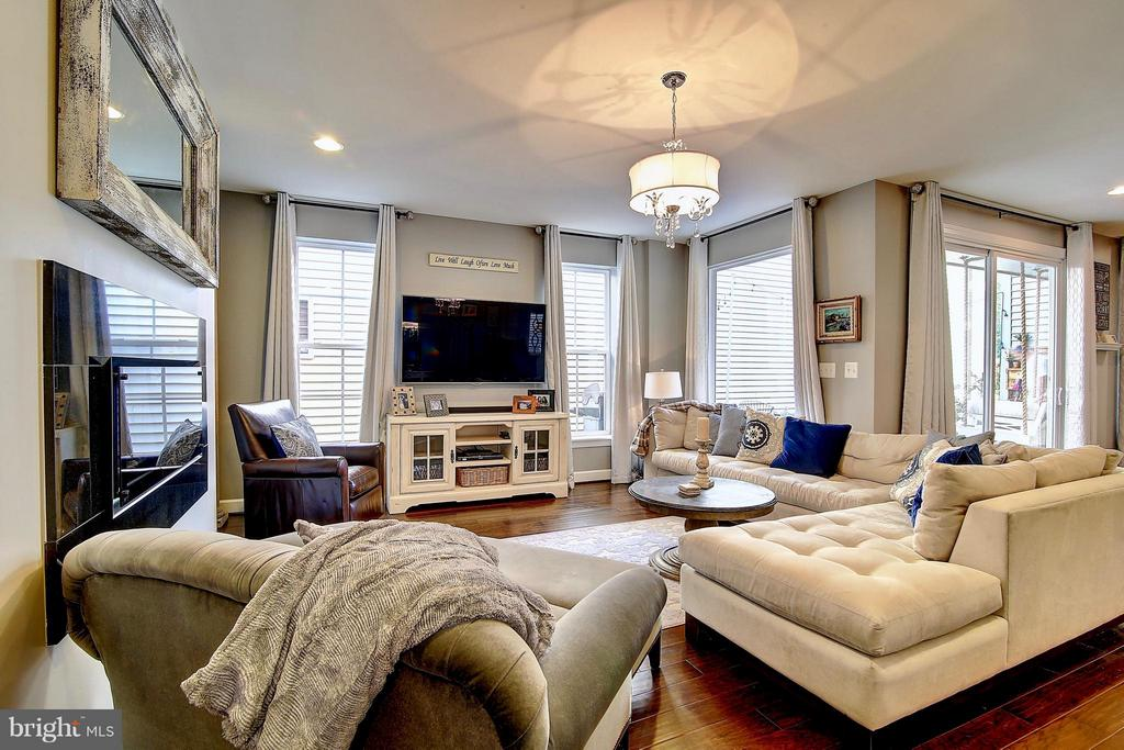 Beautiful great room with gas fireplace - 20385 SAVIN HILL DR, ASHBURN
