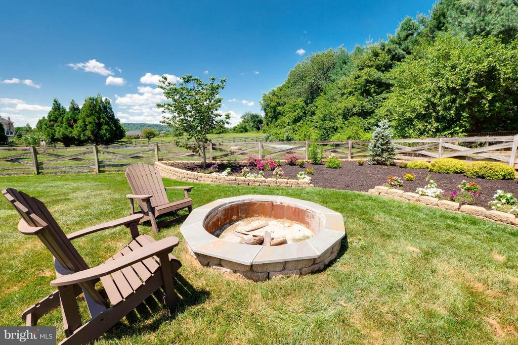 Fire Pit & Beautifully Landscaped Yard - 40728 CHEVINGTON LN, LEESBURG