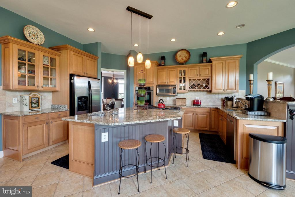 Chef's Kitchen with Island and Walk-in Pantry - 40728 CHEVINGTON LN, LEESBURG