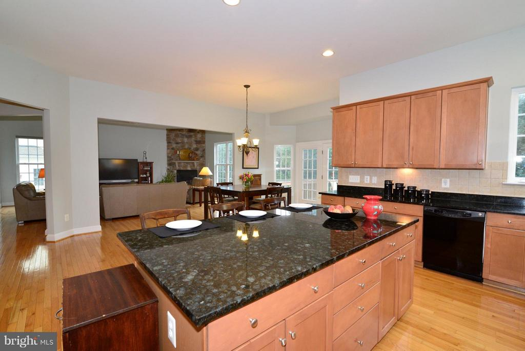 Kitchen opens up to family room - 13534 VILLAGE GREEN DR, LEESBURG