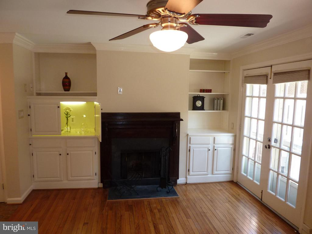 Fireplace, Wetbar and French Doors to Patio - 686 S COLUMBUS ST, ALEXANDRIA