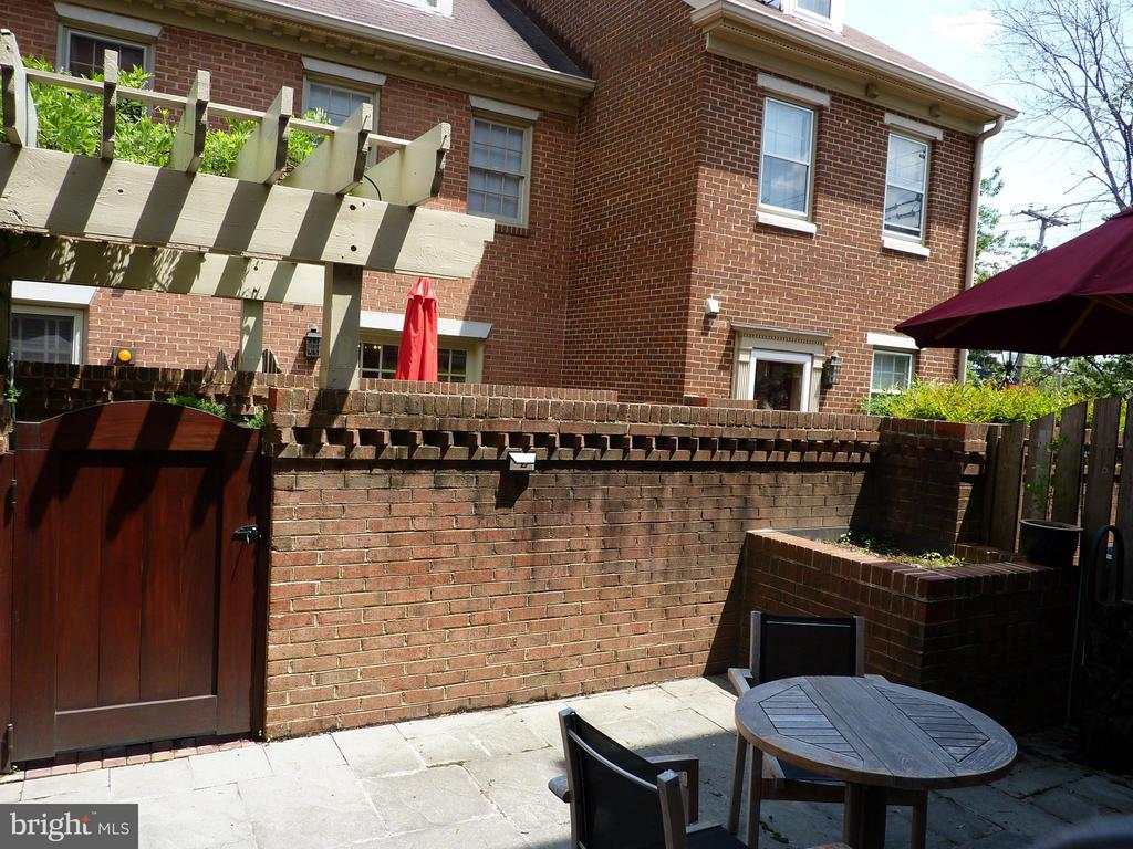 Patio with Easy Access to 2nd Garage Parking Space - 686 S COLUMBUS ST, ALEXANDRIA