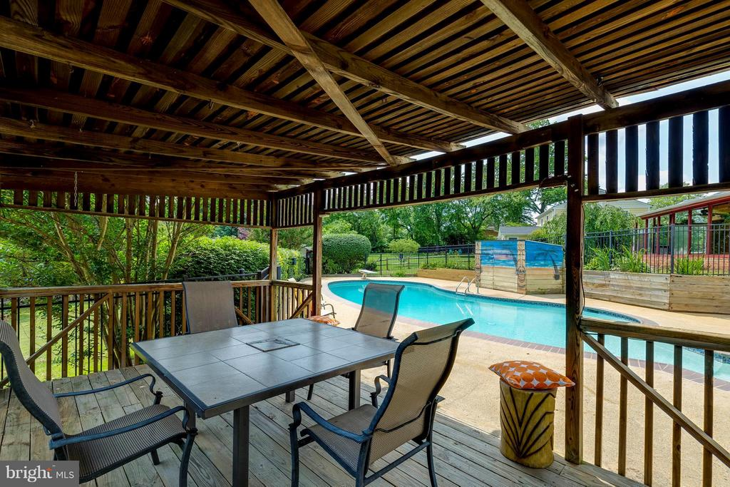 Perfect deck for entertaining - 2708 CALKINS RD, HERNDON