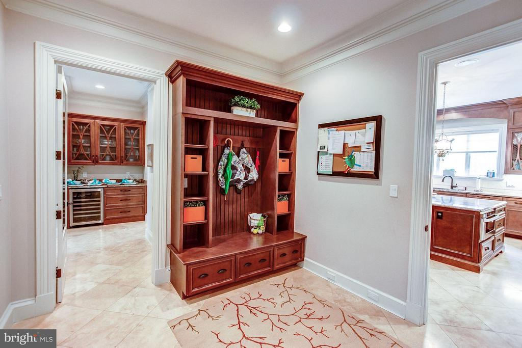 Mud Room - 952 TOWLSTON RD, MCLEAN