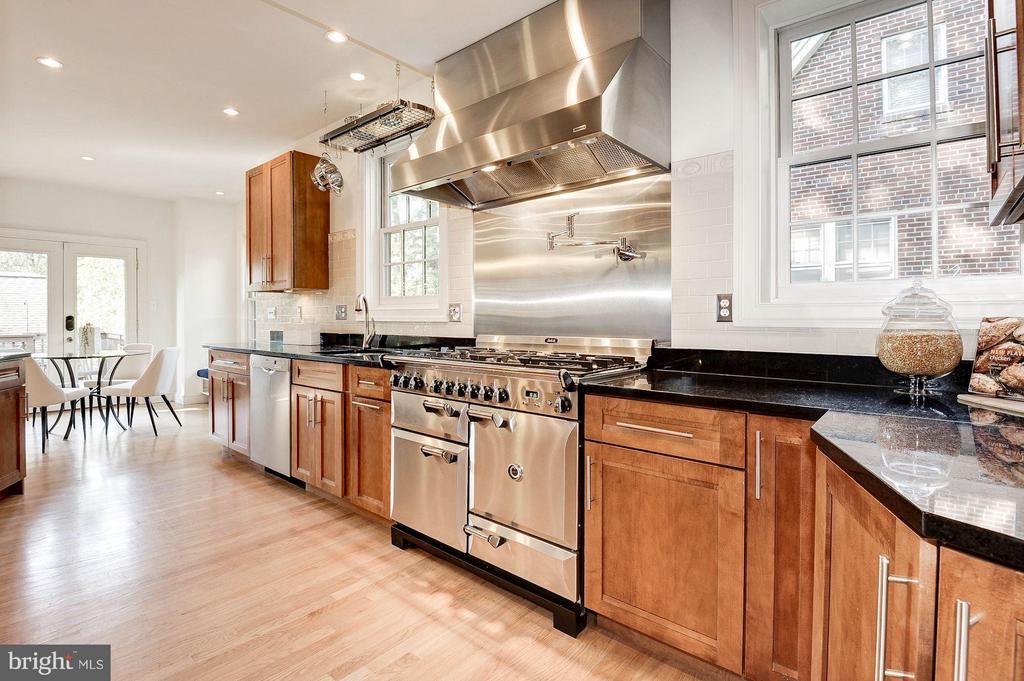 Gourmet Open Kitchen with 6-burner AGA stove - 219 MASON AVE, ALEXANDRIA