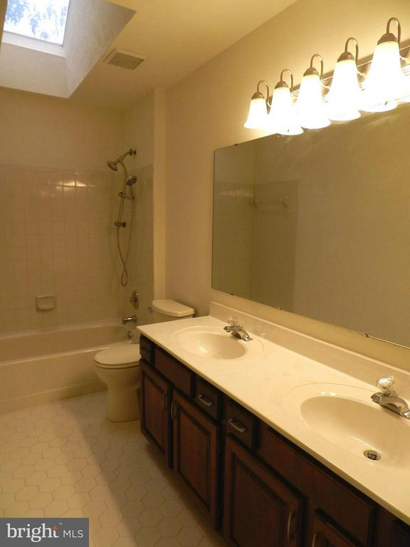 Bath in upper hall - 3188 RIVANNA CT, WOODBRIDGE
