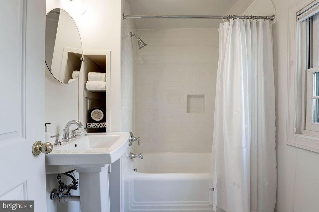 Upper Level Hall Bathroom - 219 MASON AVE, ALEXANDRIA