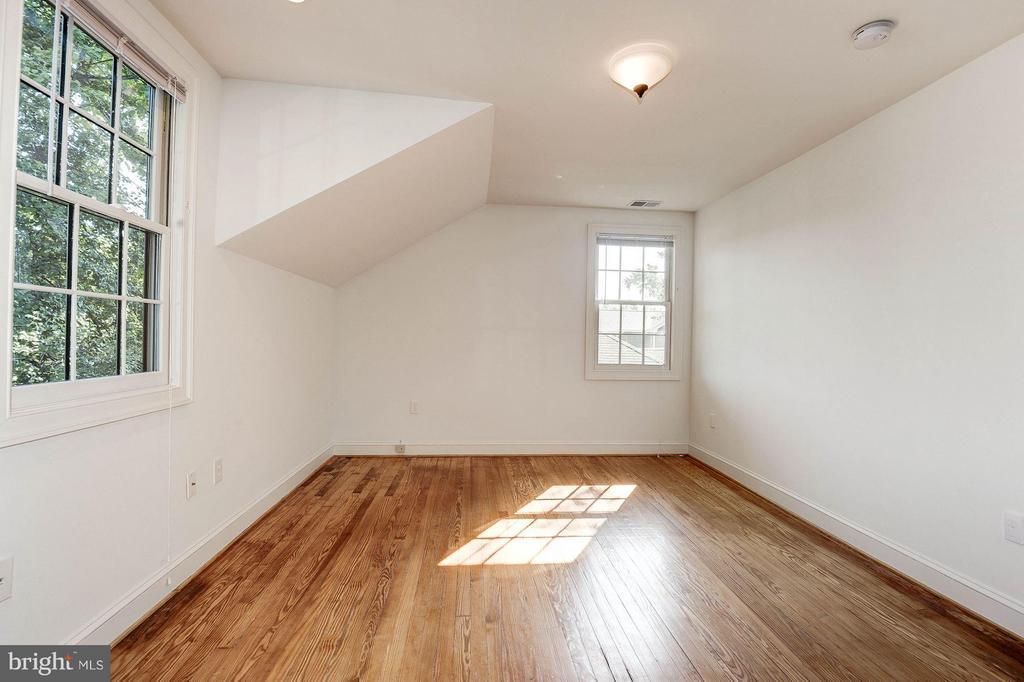 Bright and Sunny Bedroom 2 - 219 MASON AVE, ALEXANDRIA