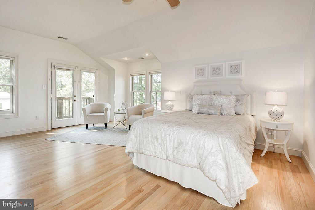 Luxurious Master Bedroom Suite with Balcony - 219 MASON AVE, ALEXANDRIA
