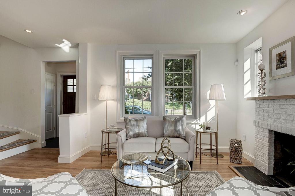 Bright and Sunny Living Room - 219 MASON AVE, ALEXANDRIA