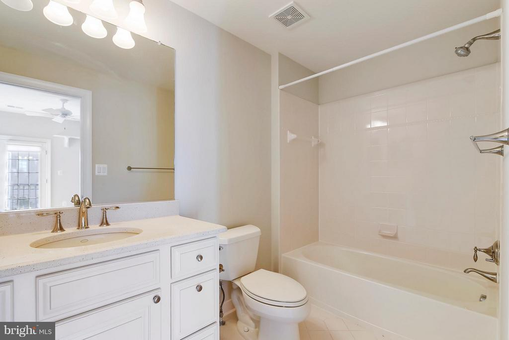 Bath - 18361 EAGLE POINT SQ, LEESBURG