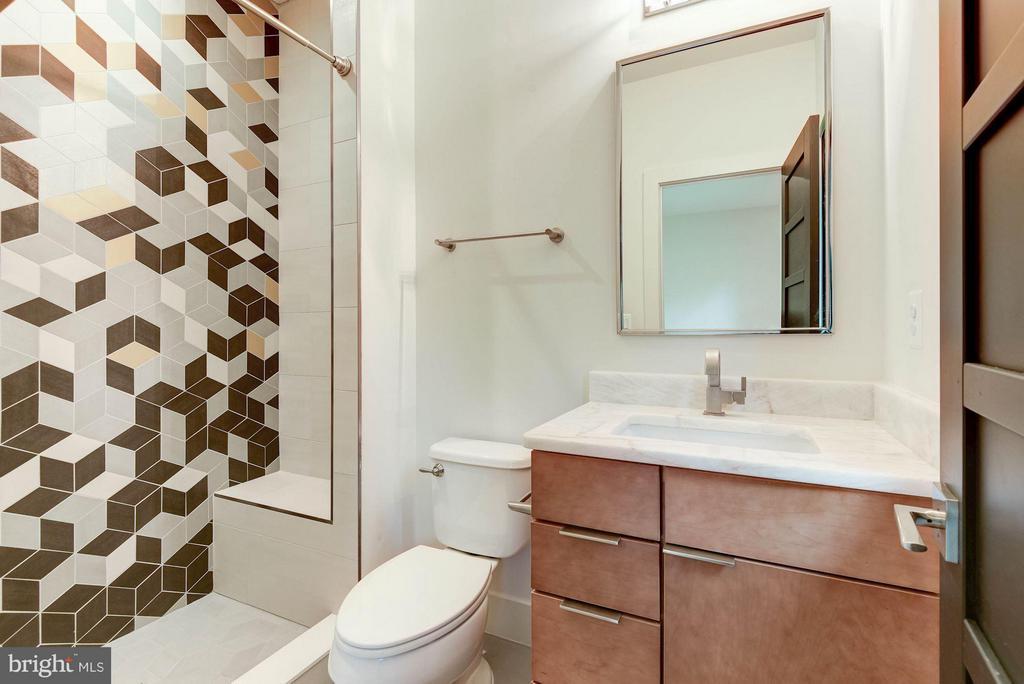 En suite bath, with beauty and character - 3546 UTAH ST N, ARLINGTON
