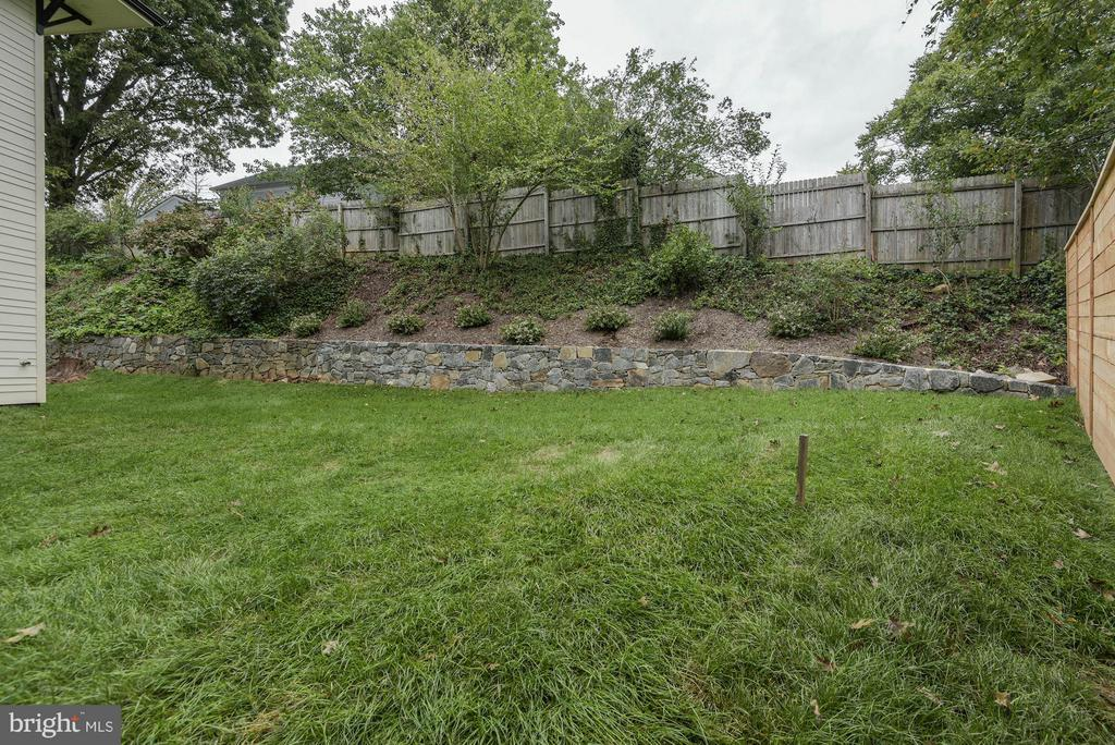 Rear yard is level and landscaped - 3546 UTAH ST N, ARLINGTON