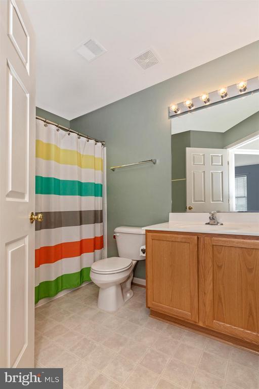Upper Level Hall Full Bathroom - 5777 MUSSETTER CT, NEW MARKET