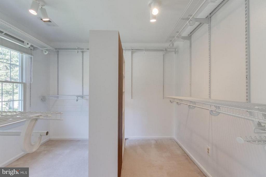 Huge walk in closet - 6005 BURNSIDE LANDING DR, BURKE