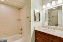 Bath - 6005 BURNSIDE LANDING DR, BURKE