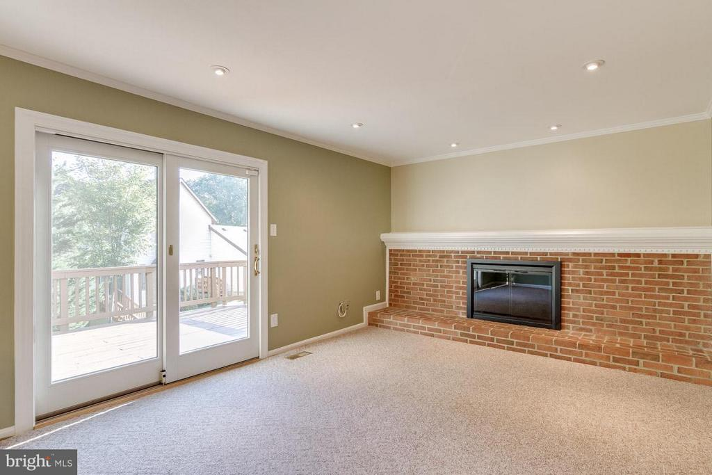 Family Room with walk out to deck - 6005 BURNSIDE LANDING DR, BURKE