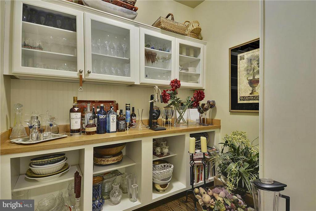pantry - 40186 MONROE VALLEY PL, ALDIE