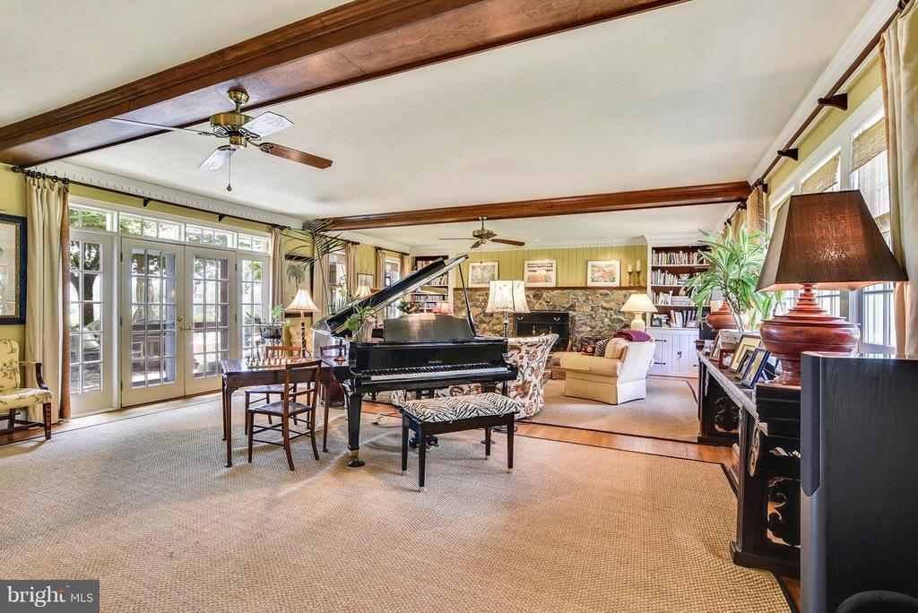 Spacious Family Room - 12198 CREST HILL RD, HUME