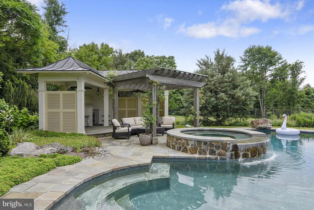 Pool cabana, hot tub and outdoor kitchen - 35387 CREEK RIDGE LN, MIDDLEBURG