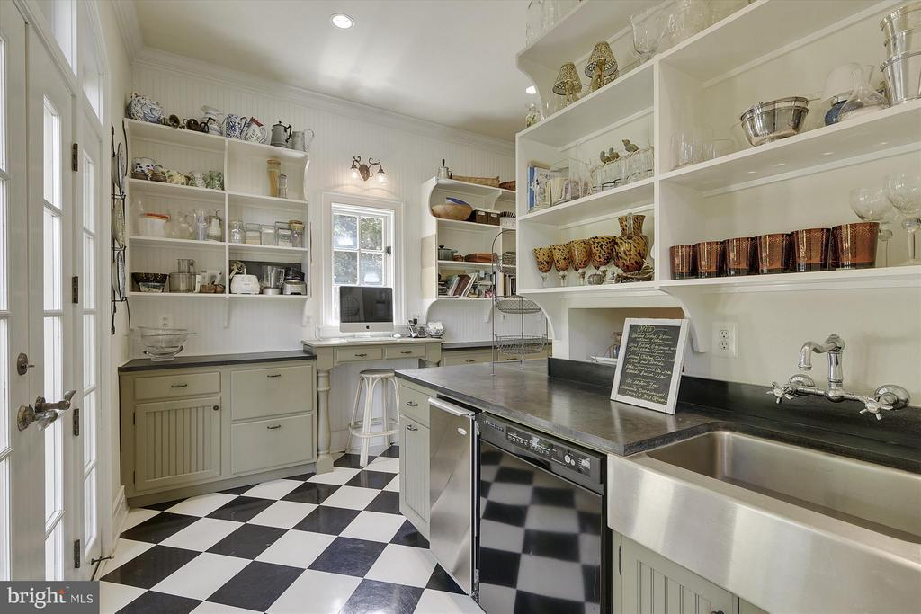 Kitchen/Butler's pantry - 35387 CREEK RIDGE LN, MIDDLEBURG
