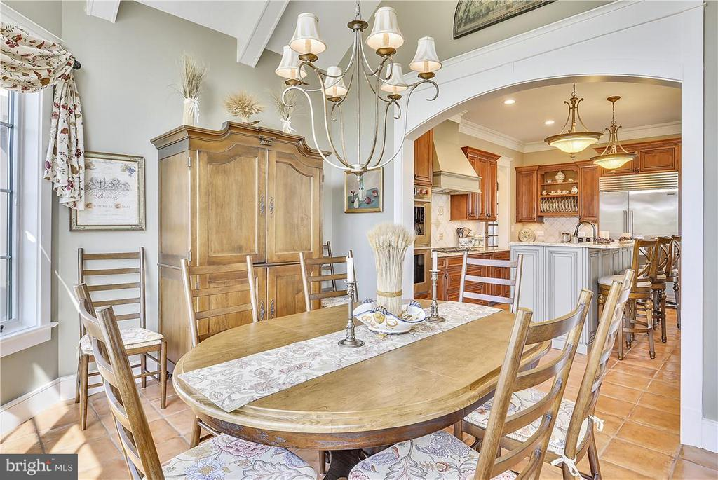 Breakfast room opens to screened in porch - 20271 GILESWOOD FARM LN, PURCELLVILLE