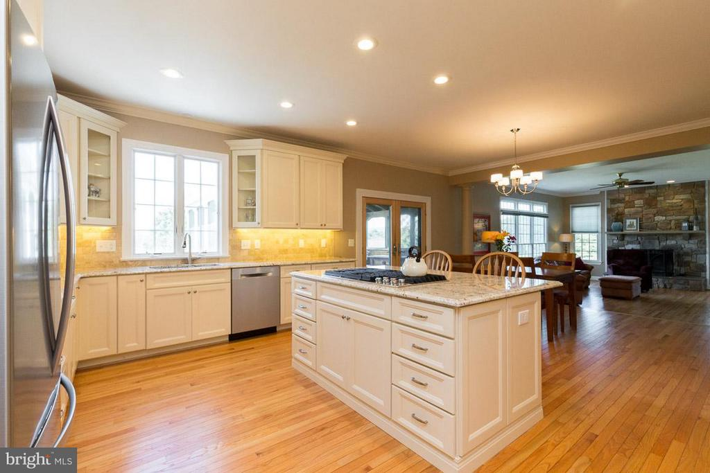 Large Kitchen which opens up to the Family Room - 42355 GREEN MEADOW LN, LEESBURG
