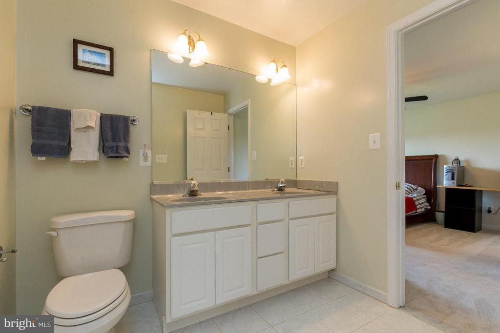 Upper Level Jack-n-Jill Bathroom - 42355 GREEN MEADOW LN, LEESBURG
