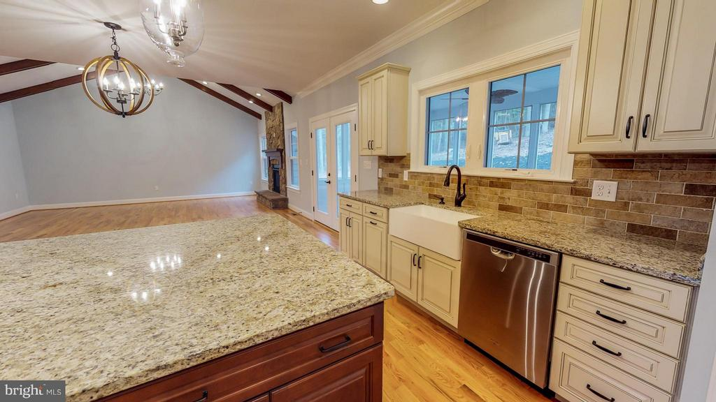 Similar Kitchen - 140 WHISTLEWOOD LN, WINCHESTER