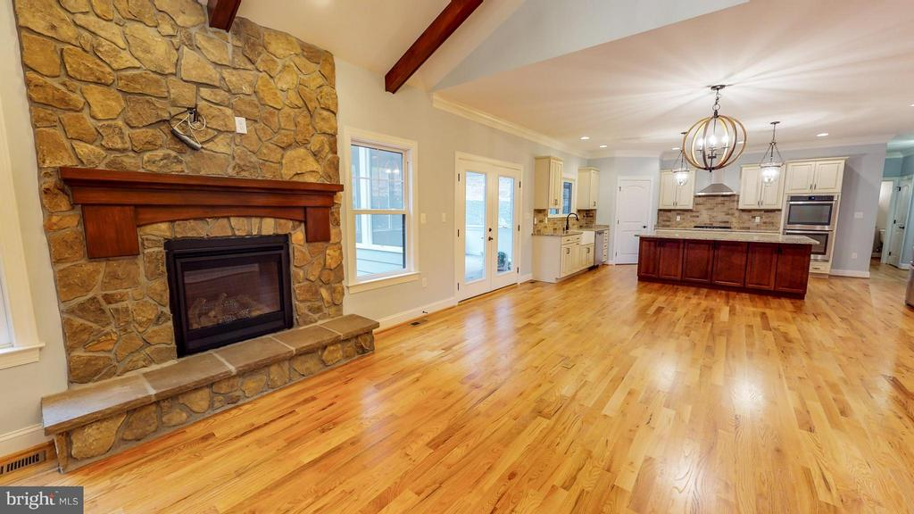 Similar Family Room - 140 WHISTLEWOOD LN, WINCHESTER