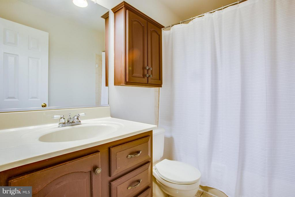 Upstairs Hall Bath - 3418 AQUIA DR, STAFFORD