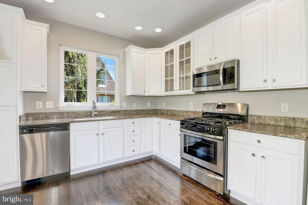 Kitchen w / New  Stainless Steel Appliances - 43616 DUNHILL CUP SQ, ASHBURN