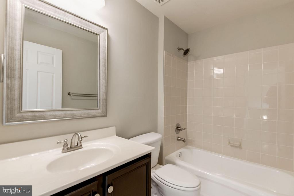 Hall Bath w / Upgraded Fixtures - 43616 DUNHILL CUP SQ, ASHBURN