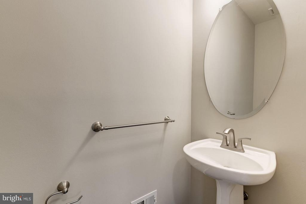 Powder Room  w / Upgraded Fixtures - 43616 DUNHILL CUP SQ, ASHBURN