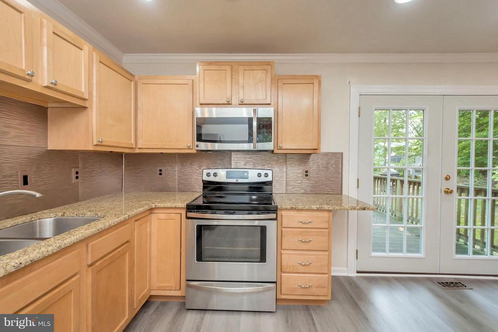 Granite Countertops with Stainless Steel Appliance - 6035 BATTLEFIELD GREEN DR, FREDERICKSBURG