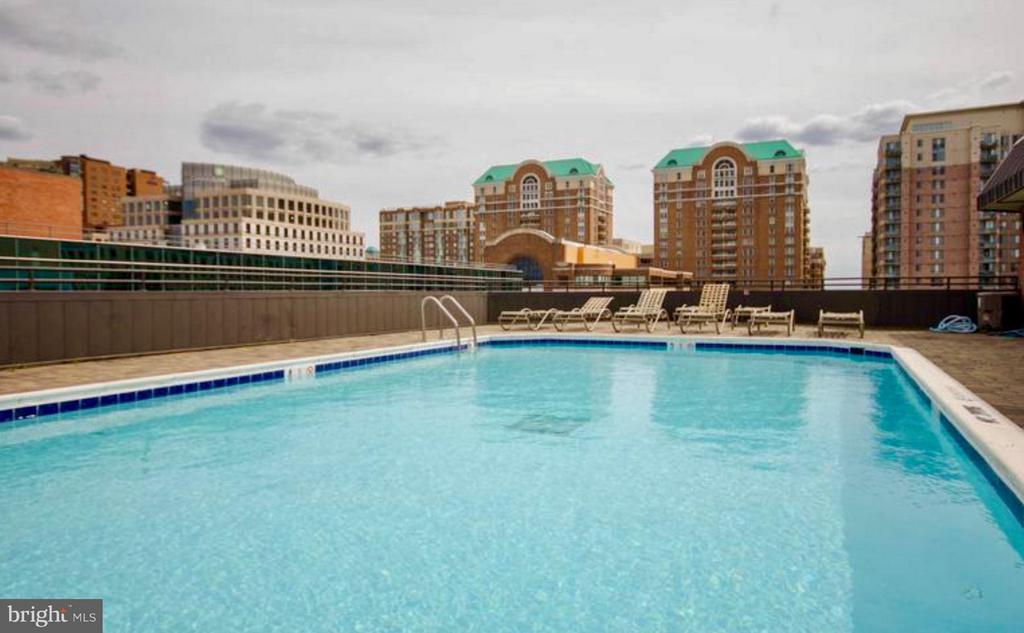 ~Roof top swimming pool with life guard - 1001 N VERMONT ST #106, ARLINGTON